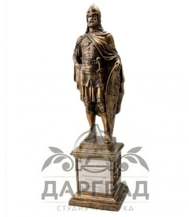 Фигура александра Невского на пъедестале в магазине Дарград