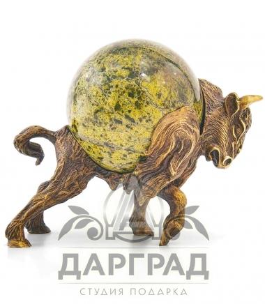 Нападающий бык из бронзы с шаром из змеевика