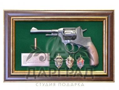 """подарок работнику силовых структур Панно пистолет """"Наган"""" со знаками ФСБ"""