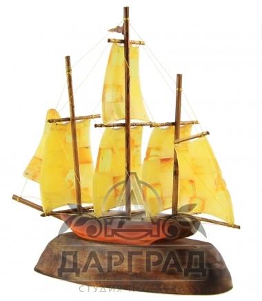 Сувенир из янтаря «Кораблик» на дереве