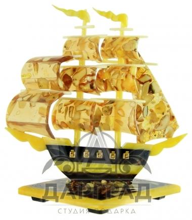 Сувенир из янтаря «Парусник»