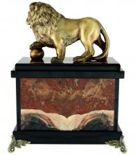 часы из камня со львом