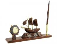 часы с парусником из камня
