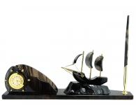 часы парусник из камня