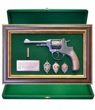 Панно пистолет «Наган» со знаками ФСБ