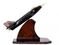 военный самолет из камня на подставке