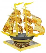 Янтарный кораблик на подставке в подарок