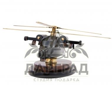 вертолет из камня коричневого цвета на подставке